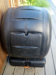 Small enclosed composter