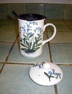 Tea cup with strainer and top