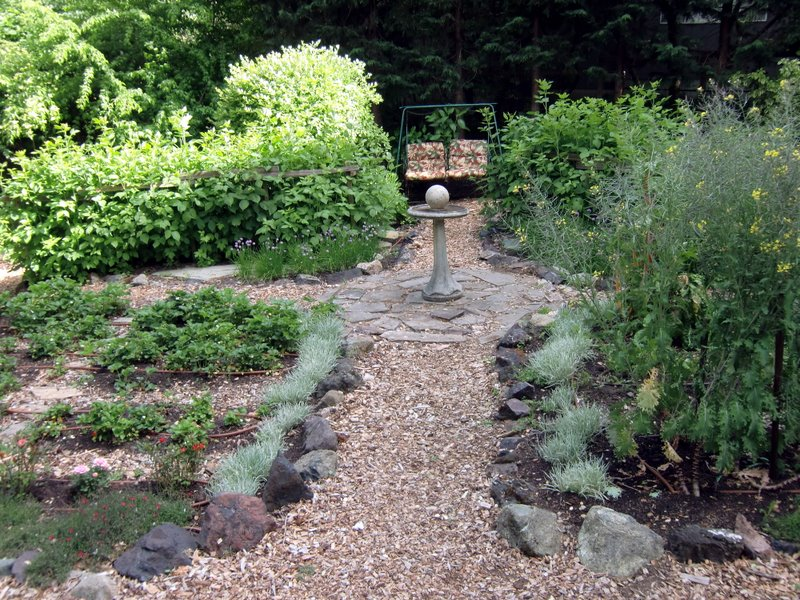 Stone edible landscaping made easy with avis licht for Edible garden designs